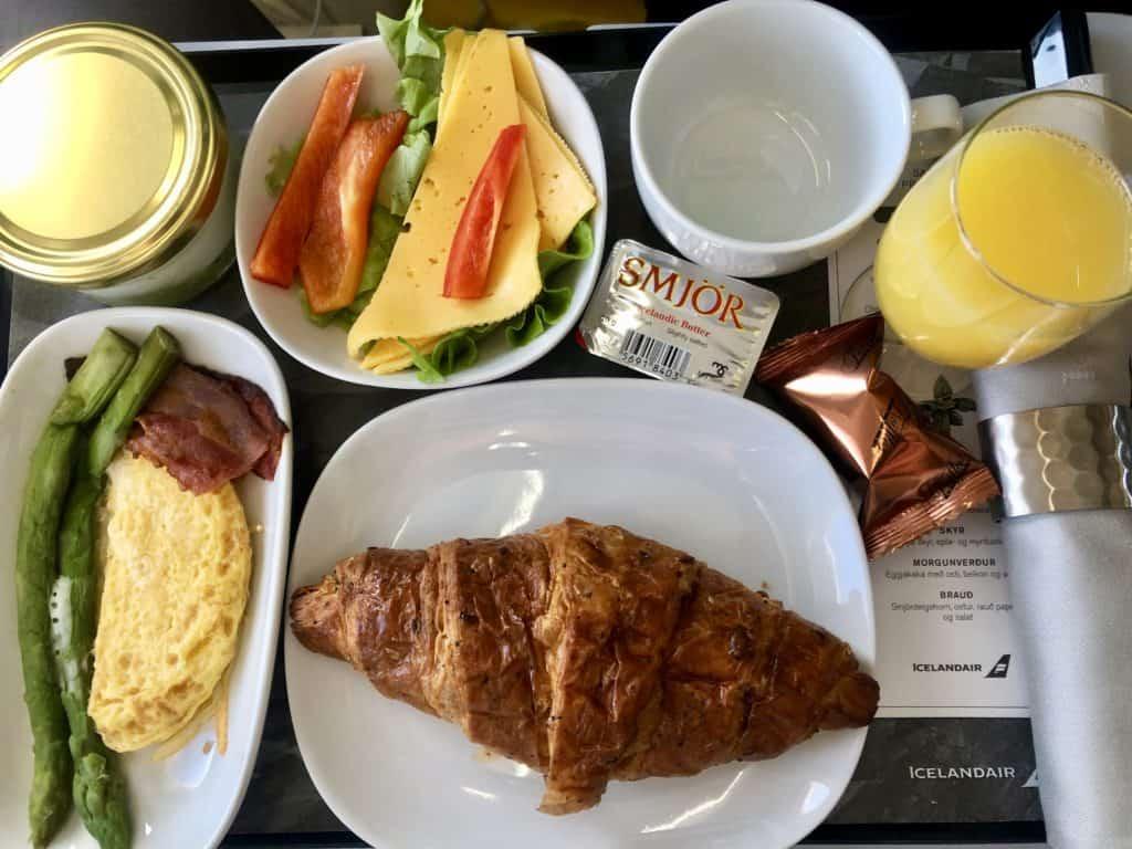 Śniadanie w klasie Saga Premium w islandzkich liniach lotniczych Icelandair