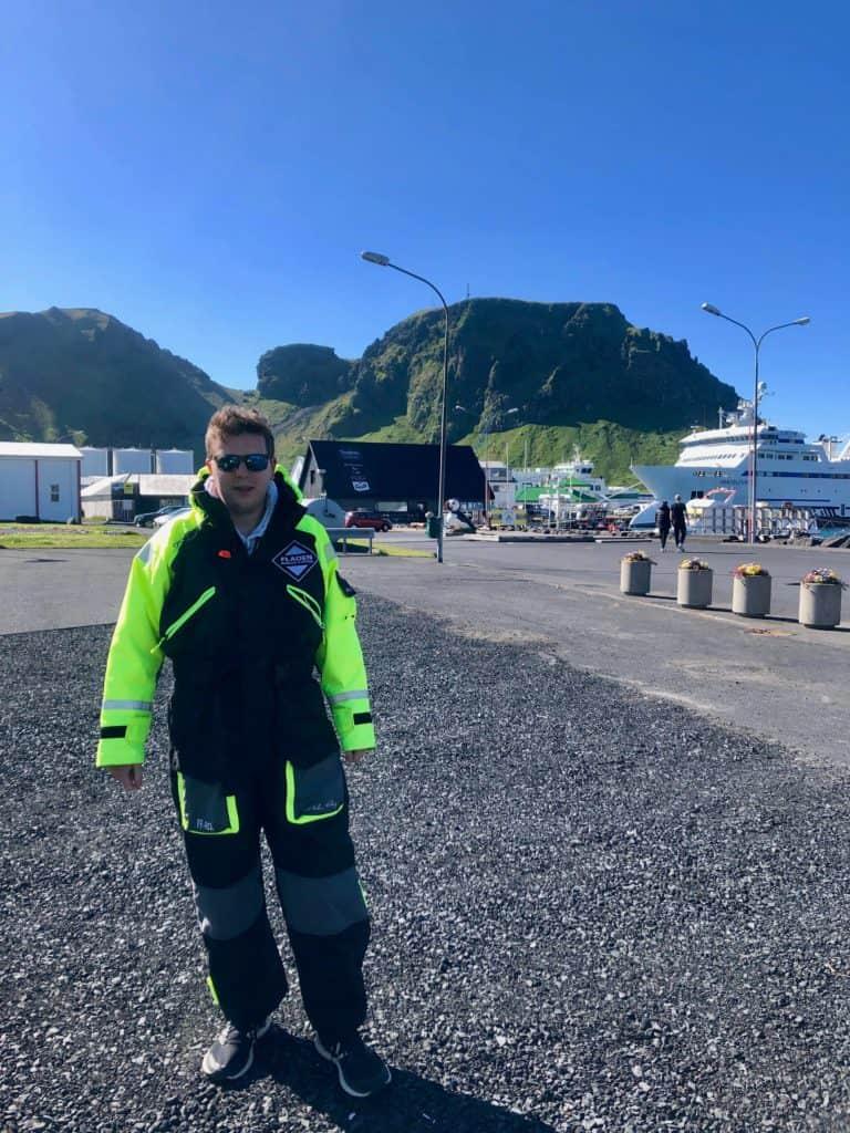 Na Vestmannaeyjar zdecydowaliśmy się na rejs łódką motorową. Przed wejściem na pokład otrzymaliśmy specjalne, kombinezony.