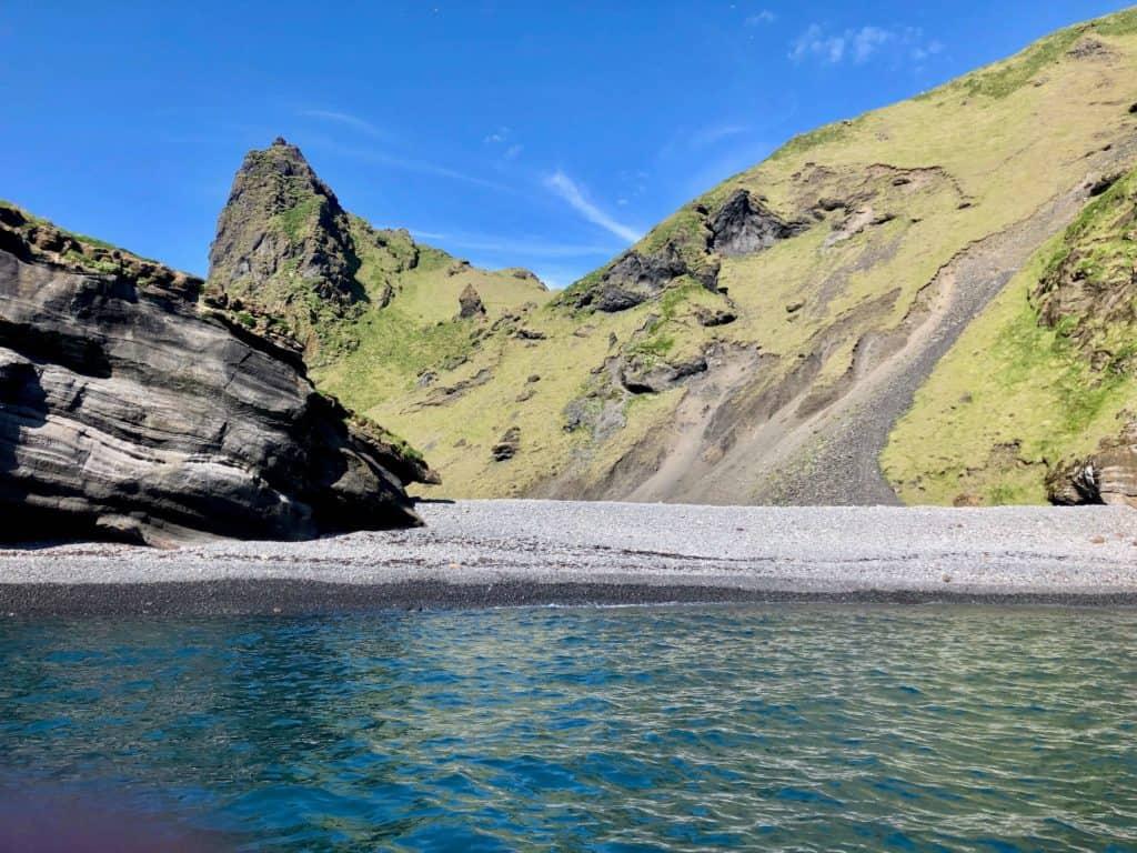 Tutaj, gdzieś pośrodku skał mieszkańcy Vestmannaeyjar podobno chętnie spotykają się na grilla. Dość oryginalne miejsce, a zarazem ciężko dostępne miejsce, czyż nie?