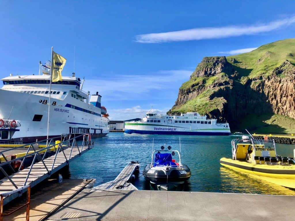 Port na wyspie ma niesamowitą lokalizację pośród porośniętych zielenią skał. Czyż widok ten nie zapiera tchu w piersiach?