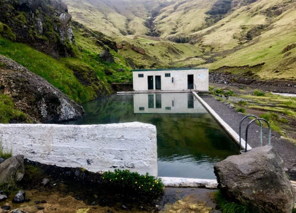Seljavallalaug to jeden z najstarszych basenów na Islandii. Po bardzo długim i męczącym dniu na Vestmannaeyjar kąpiel w tym basenie była idealnym rozwiązaniem.