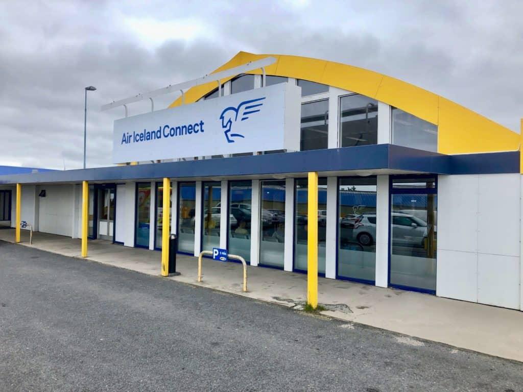 Terminal lotniska w Reykjaviku w barwach linii Air Iceland Connect.