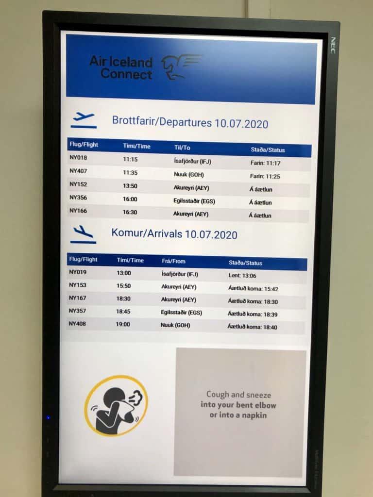 Tablica lotów na lotnisku w Reykjaviku. Tego dnia odbył się nawet jeden lot międzynarodowy.