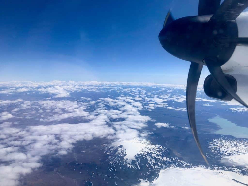 Przez większą część lotu lecieliśmy ponad chmurami, ale momentami coś tam się dało zobaczyć. Czym bliżej Akureyri, tym więcej zieleni!