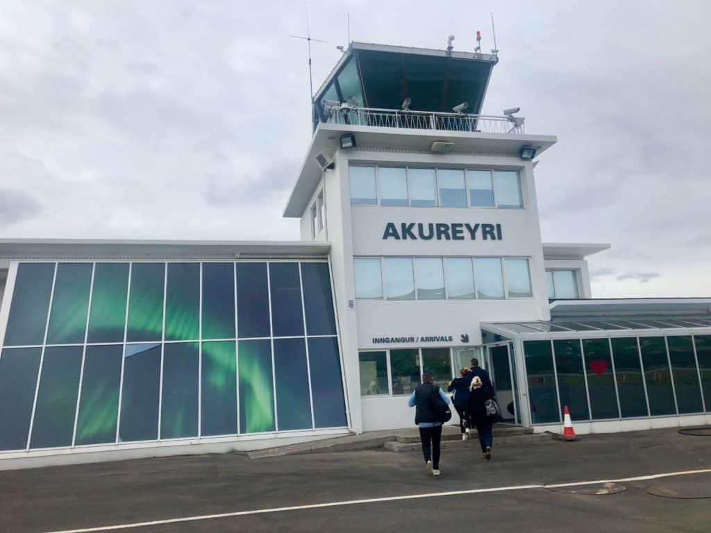 Wylądowaliśmy w Akureyri, gdzie z samoloty czekał nas bardzo krótki spacer do budynku terminala.
