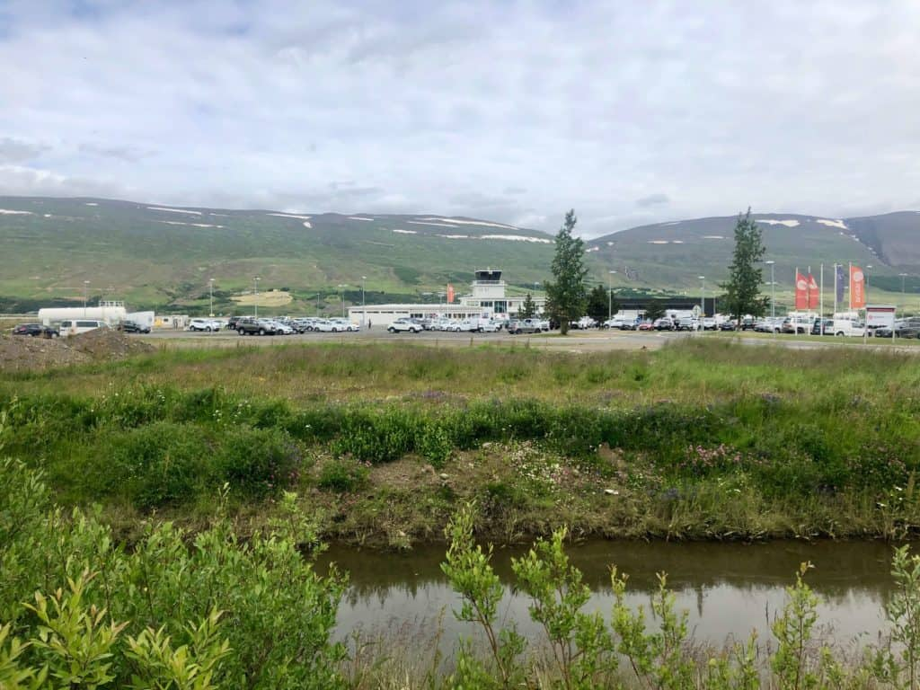 Lotnisko w Akureyri widziane ze ścieżki dla pieszych, która prowadzi do centrum miasta.