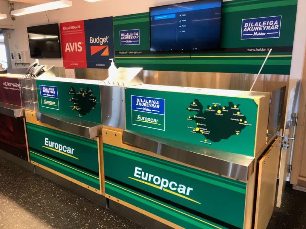 Stanowiska wypożyczalni samochodów na lotnisku w Reykjaviku.