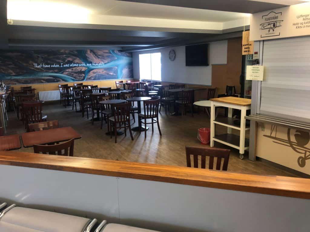 Jedyna restauracja na terenie lotniska. Zdjęcie zrobione po przylocie z Akureyri. Nie sprawdziłem tego miejsca przed odlotem, więc nie mam pojęcia, jak z zaopatrzeniem tego punktu.