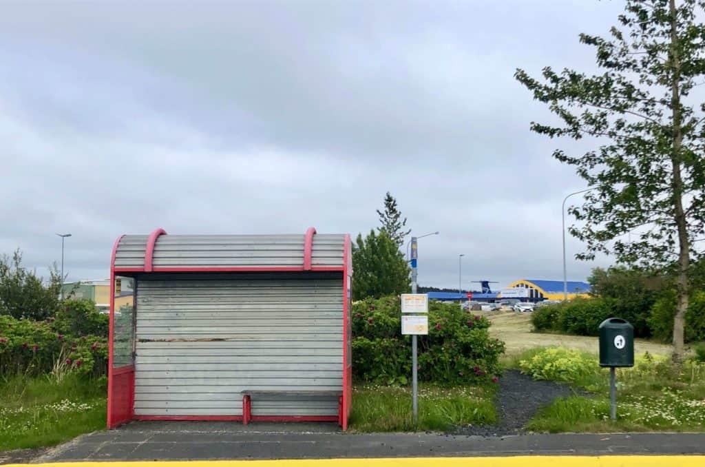 Przystanek autobusowy przy lotnisku w Reykjaviku. Zatrzymują się tutaj autobus linii numer 15, dzięki którym szybko możemy dostać się do centrum miasta.