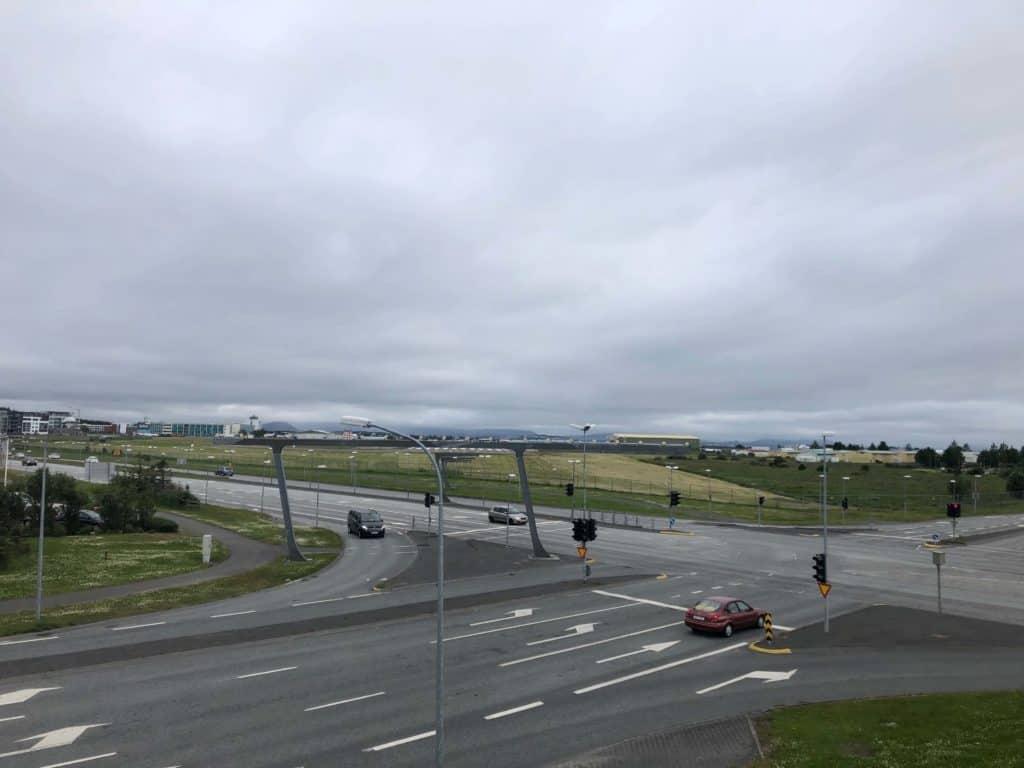 Widok na pas startowy lotniska w Reykjaviku z kładki nad ulicą, tuż obok terminala autobusowego BSI.