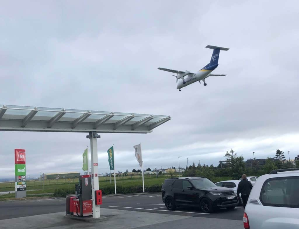 Mniejszy Bombardier lądujący na lotnisku w Reykjaviku. Nie powiem, trochę chciałem polecieć też tym mniejszym. W sumie nie kojarzę, by któraś znana linia w Europie z nich jeszcze korzystała. Poza Air Iceland Connect i Air Greenland.
