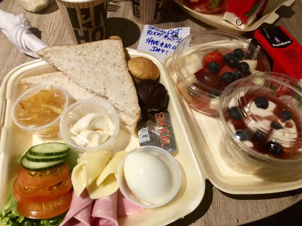 Śniadania na mojej kwarantannie w hotelu Duus na Islandii były bardzo przyzwoite.
