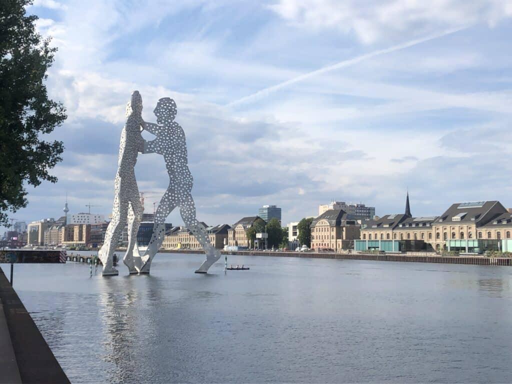 Wysoka aluminiowa rzeźba na jeziorze w Berlinie