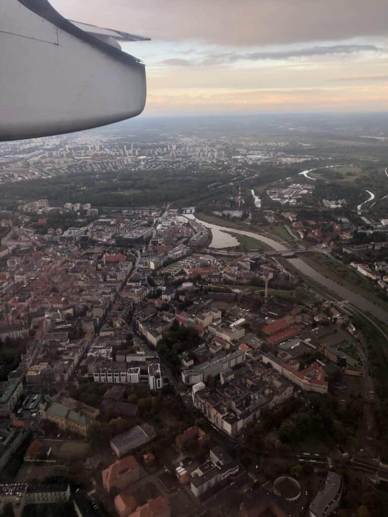 Podejście samolotu do lądowania w Poznaniu z widokiem na rzekę Wartę oraz centrum miasta